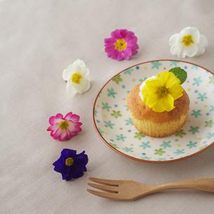 花を飾ったカップケーキとフォークの写真素材 [FYI01956098]