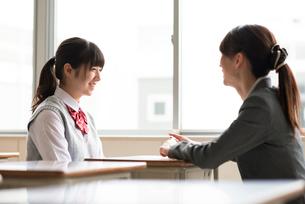 進路相談をする女子学生と女性教師の写真素材 [FYI01956099]