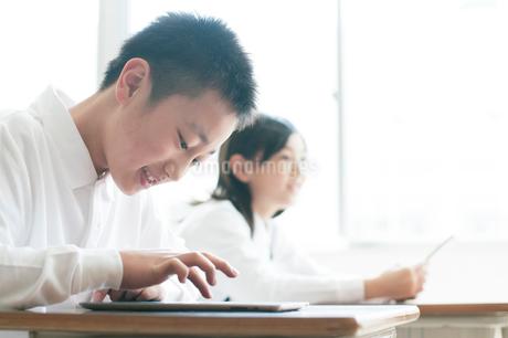 プログラミングの勉強をする小学生の写真素材 [FYI01956106]