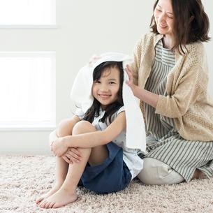 母親に髪を拭いてもらう女の子の写真素材 [FYI01956122]