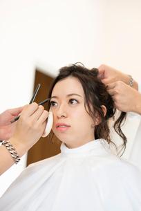 ヘアメイクをしてもらう女性の写真素材 [FYI01956127]