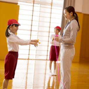 縄跳びの指導を受ける小学生の写真素材 [FYI01956131]
