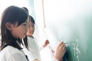 算数の問題を解く小学生の写真素材 [FYI01956135]