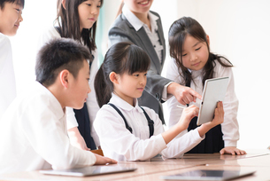 プログラミングの勉強をする小学生 ARの写真素材 [FYI01956137]