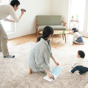 ビデオカメラで家族の撮影をする父親の写真素材 [FYI01956195]