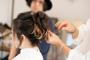 美容師にヘアセットをしてもらう女性の写真素材 [FYI01956206]