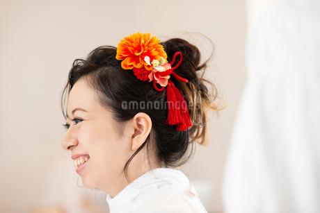 ヘアセットをしてもらう女性の写真素材 [FYI01956234]