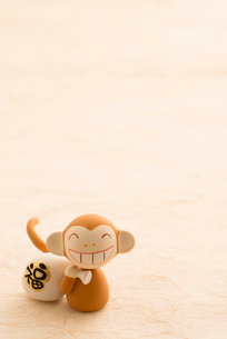 福袋を持つ猿 干支のクラフトの写真素材 [FYI01956242]