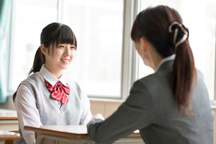 進路相談をする女子学生と女性教師の写真素材 [FYI01956273]