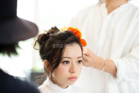 美容師にヘアセットをしてもらう女性の写真素材 [FYI01956291]