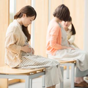 待合室で順番を待つ妊婦の写真素材 [FYI01956354]