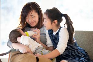 赤ちゃんにミルクをあげる親子の写真素材 [FYI01956375]