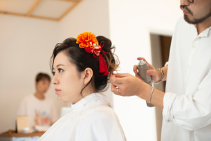 美容師にヘアセットをしてもらう女性の写真素材 [FYI01956394]