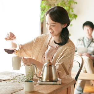 コーヒーを入れる女性の写真素材 [FYI01956397]