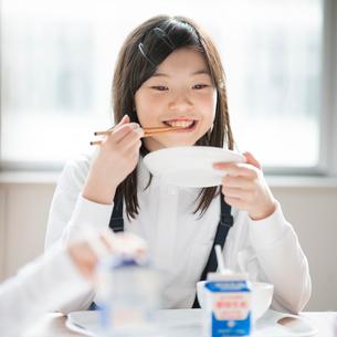 教室で給食を食べる小学生の写真素材 [FYI01956405]