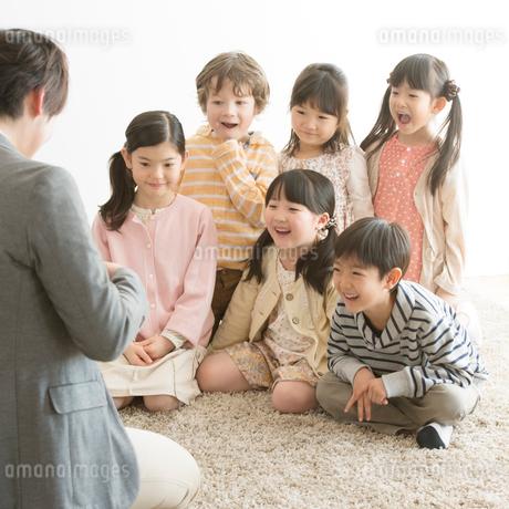 小学生に勉強を教える先生の写真素材 [FYI01956423]