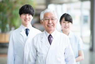 微笑む医者と看護師の写真素材 [FYI01956430]
