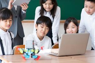 プログラミングの勉強をする小学生の写真素材 [FYI01956434]