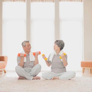 家で運動をするシニア夫婦の写真素材 [FYI01956435]