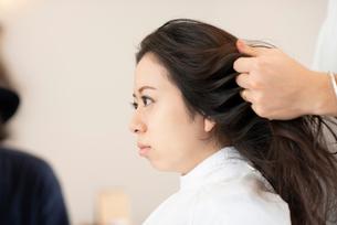 美容師にヘアセットをしてもらう女性の写真素材 [FYI01956453]