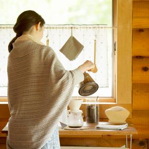 コーヒーを入れる女性の写真素材 [FYI01956479]