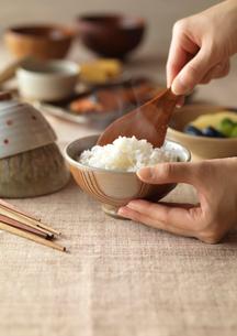 朝食の準備をする女性の手元の写真素材 [FYI01956480]
