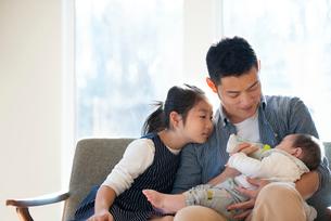 赤ちゃんにミルクをあげる親子の写真素材 [FYI01956499]