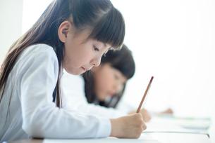 教室で授業を受ける小学生の写真素材 [FYI01956508]