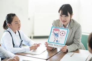 小学生に英語を教える先生の写真素材 [FYI01956513]