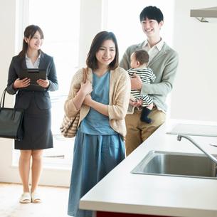 部屋の内見をする家族とビジネスウーマンの写真素材 [FYI01956517]