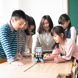 プログラミングを教える先生と小学生の写真素材 [FYI01956597]