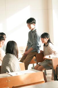 教室で談笑をする学生の写真素材 [FYI01956663]