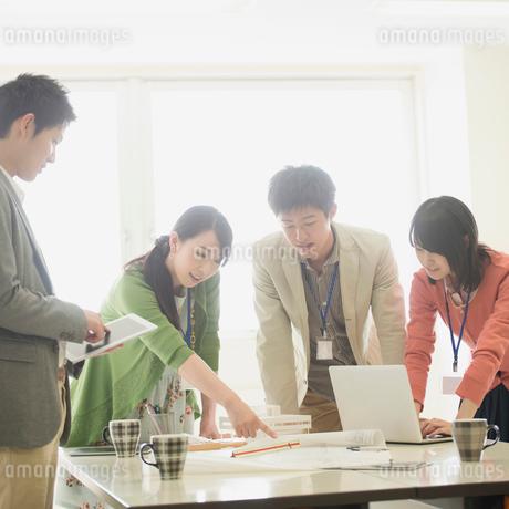 ミーティングをするビジネスマンとビジネスウーマンの写真素材 [FYI01956681]