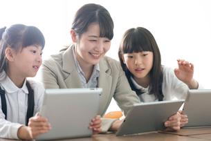小学生にプログラミングの勉強を教える先生 ARの写真素材 [FYI01956845]
