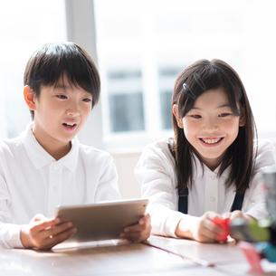 プログラミングの勉強をする小学生の写真素材 [FYI01956848]