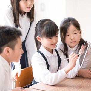 プログラミングの勉強をする小学生 ARの写真素材 [FYI01956855]