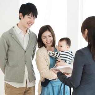 部屋の内見をする家族とビジネスウーマンの写真素材 [FYI01956926]