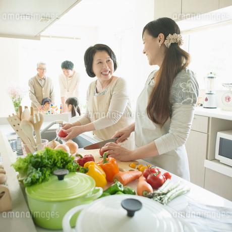 キッチンで料理をする母娘の写真素材 [FYI01956954]
