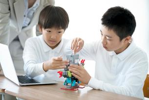 プログラミングの勉強をする小学生の写真素材 [FYI01956960]