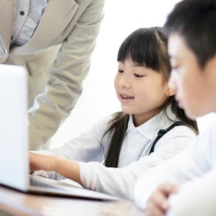 プログラミングの勉強をする小学生の写真素材 [FYI01956969]