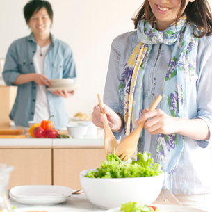 サラダを取り分ける女性の写真素材 [FYI01956972]