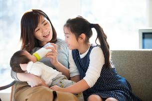 赤ちゃんにミルクをあげる親子の写真素材 [FYI01956979]