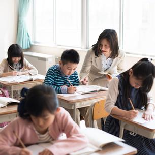 教室で授業を受ける小学生の写真素材 [FYI01957006]