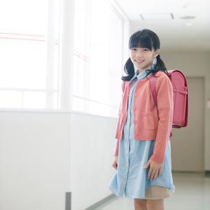 学校の廊下で微笑む女の子の写真素材 [FYI01957017]