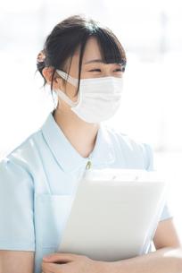 微笑むマスク姿の看護師の写真素材 [FYI01957030]