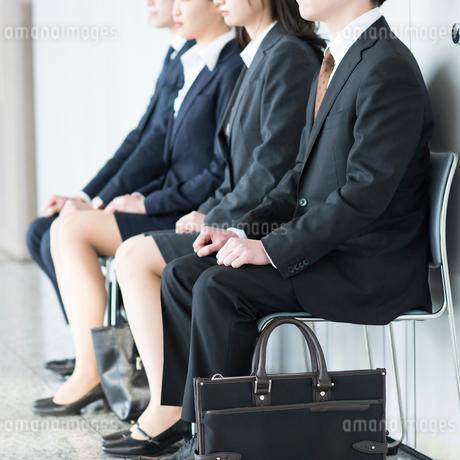 椅子に座るビジネスマンとビジネスウーマンの写真素材 [FYI01957069]