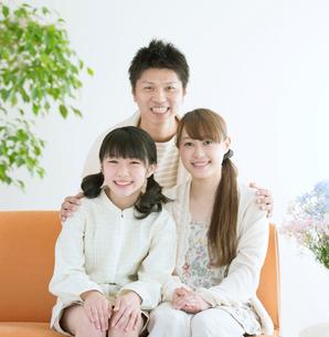 リビングで微笑む家族の写真素材 [FYI01957073]