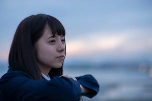 遠くを見つめる女子学生の写真素材 [FYI01957086]