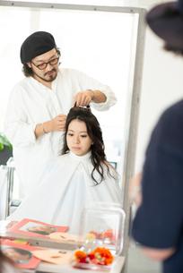 美容師にヘアセットをしてもらう女性の写真素材 [FYI01957128]