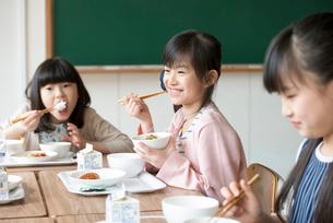 給食を食べる小学生の写真素材 [FYI01957138]
